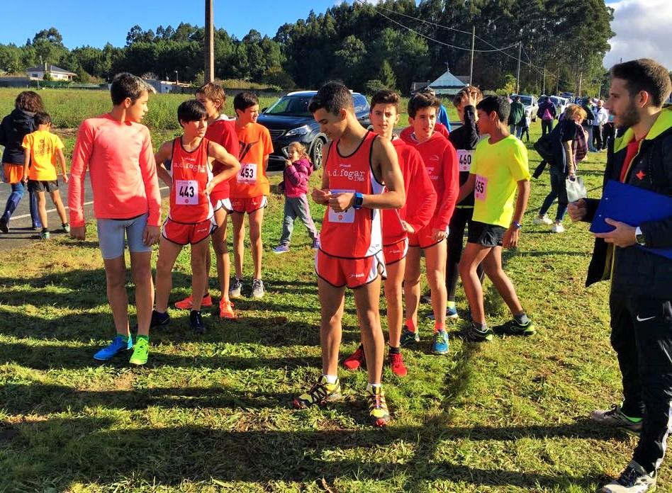 37 Triatletas de Base corren y nadan en A Coruña y Narón